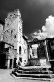 Vatten väl i piazzadellaCisterna på San Gimignano BW Arkivfoto