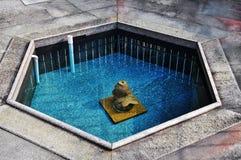 vatten väl, våren väller fram, vattenbrunnar, springbrunnen av liv, naturlig mineralvatten, blått fjädrar Royaltyfri Fotografi