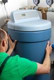 Vattenavhärdare i kokkärlrum Arkivfoton