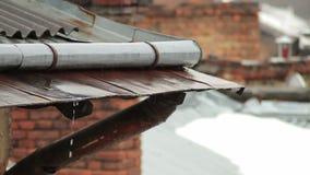 Vattenavrinningar från taket i regnig dag, tak av den gamla staden i Europa, närbild arkivfilmer