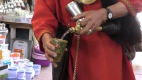 Vattenbärare på den Marrakesh Marrakech marknaden arkivfilmer
