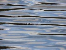 Vattenbakgrund - modeller som skapas av krusningar Arkivfoton