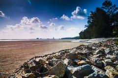 Vattenbarriär på stranden arkivfoto