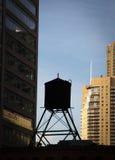Vattenbehållare överst av en byggnad, Chicago, kock Arkivfoton