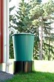 Vattenbehållare En stor plast- trumma som samlar regnvatten royaltyfria bilder
