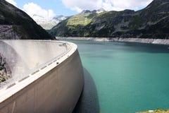 Vattenbehållare och en fördämning i bergen Arkivbilder
