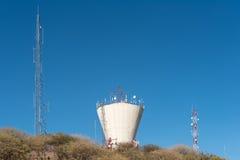 Vattenbehållare och telekommunikationtorn i mitten av W Royaltyfri Foto