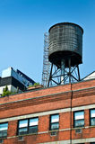 Vattenbehållare på överkanten av en byggnad, New York Royaltyfria Bilder