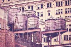 Vattenbehållare på ett tak, New York City arkivfoto