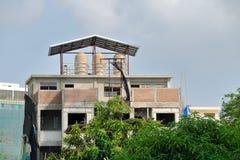 Vattenbehållare på taköverkant Arkivbild