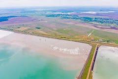 Vattenbeh?llare som placeras n?ra v?rjordbruksmark, flyg- landskap royaltyfria bilder