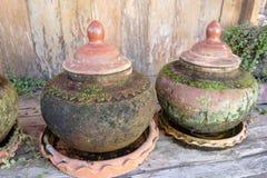 Vattenbehållarekrus av det forntida thai Fotografering för Bildbyråer