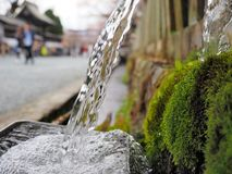Vattenbubblande i handfat i vattenspringbrunn arkivbilder