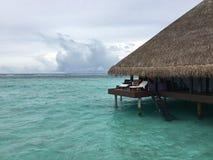 Vattenbungalower på ön för Maldiverna strandsemesterort Arkivfoton