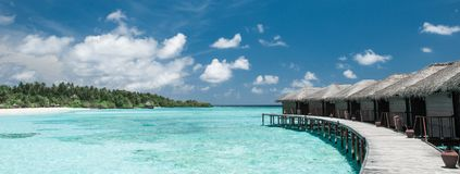 Vattenbungalower på Maldivernaen royaltyfria bilder