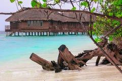 Vattenbungalowhus i den bl?a lagun p? den tropiska ?n royaltyfri bild
