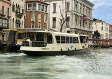 Vattenbuss på Grand Canal i Venedig, Italien Royaltyfria Foton