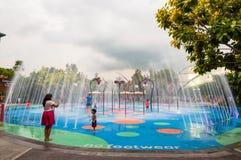 Vattendragningar i det populärt parkerar trädgårdar vid fjärden Fotografering för Bildbyråer