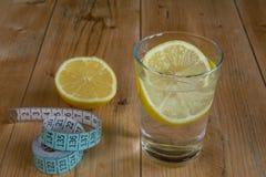 Vattendrink med citronen och mätabandet Royaltyfri Foto