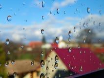 Vattendroppar efter regn p? f?nsterexponeringsglas royaltyfria foton