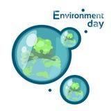 Vattendroppar med jordjordklotet Forest World Environment Day Royaltyfri Fotografi