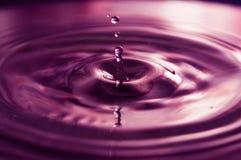 Vattendroppar och krusningar royaltyfria bilder