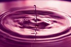 Vattendroppar och krusningar royaltyfri bild