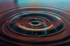 Vattendroppar och krusningar Arkivfoton