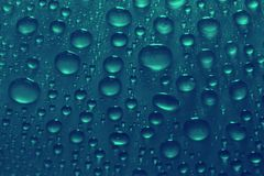 Vattendroppar på blå bakgrundstextur Royaltyfria Foton