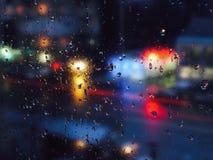 Vattendroppar på exponeringsglas i stads- miljö Fotografering för Bildbyråer