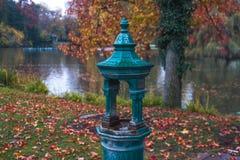 vattendroppar som flödar från fontain Arkivbild