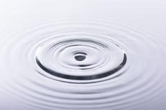 Vattendroppe och vattenreflexion Royaltyfri Foto