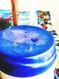 Vattendroppe på blåtten royaltyfria foton