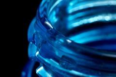 Vattendroppe på den blåa plast- flaskan, hals med en tråd, makro royaltyfri bild