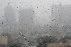 Vattendroppe på ett fönster arkivfoto