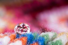 Vattendroppe på halsduken Arkivfoto