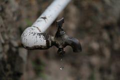 Vattendroppe som läcker från ett klapp Royaltyfri Foto
