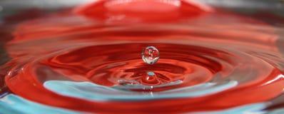Vattendroppfärgstänk i vattnet Royaltyfri Bild