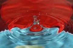Vattendroppfärgstänk i vattnet Arkivfoton