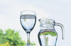 Vattenexponeringsglas med vattenkannan under himlen Royaltyfri Foto