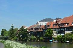 Vattenfärg av hus och fartyg längs en flod royaltyfria foton