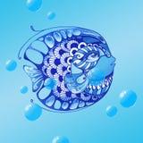 Vattenfärg mönstrad hand dragen fisk på den blåa bakgrunden Arkivfoton
