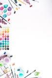 Vattenfärg och borstar på vit bakgrund Arkivfoton
