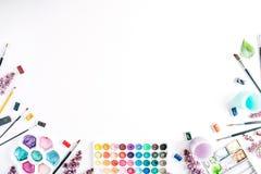 Vattenfärg och borstar på vit bakgrund Royaltyfri Foto