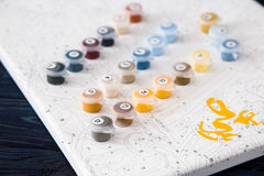 Vattenfärg och färgläggning vid nummer måla på kanfas vid nummer Fotografering för Bildbyråer