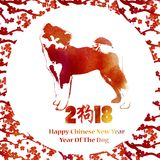 Vattenfärg texturerad körsbärsröd blomning och hund Kinesisk gre för nytt år Arkivbild