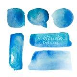 Vattenfärgbakgrundsuppsättning Samling av blåa vattenfärgtexturer med borsteslaglängder Vattenfärgfläckar som isoleras på den vit Arkivbilder