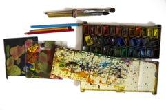 Vattenfärgen målar och borstar som isoleras på vit bakgrund arkivbilder