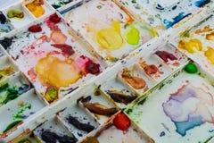 Vattenfärger i en vit palett Arkivbild