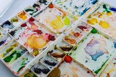 Vattenfärger i en vit palett Fotografering för Bildbyråer